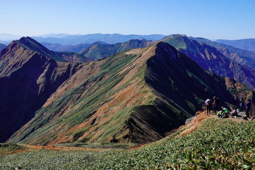 谷川岳・肩ノ小屋から見る万三郎山、仙ノ倉山、平標山へと続く稜線