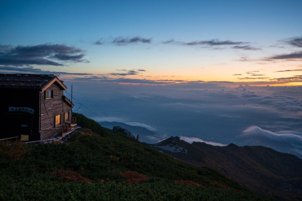 空木岳・夜明けの駒峰ヒュッテ2