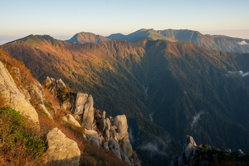 空木岳・朝日に染まる、木曽駒ヶ岳へと続く稜線