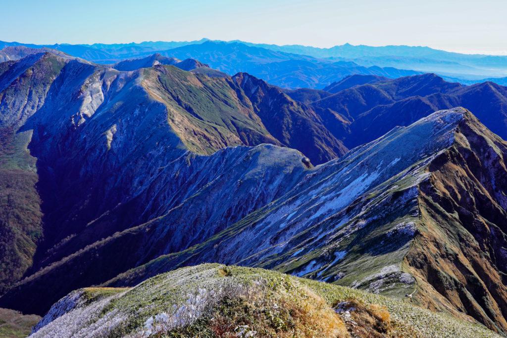 平標山・仙ノ倉山・谷川岳へと続く稜線2