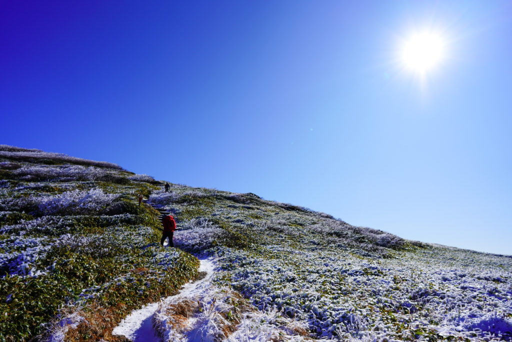 平標山・仙ノ倉山・仙ノ倉山山頂へと向かう登山者