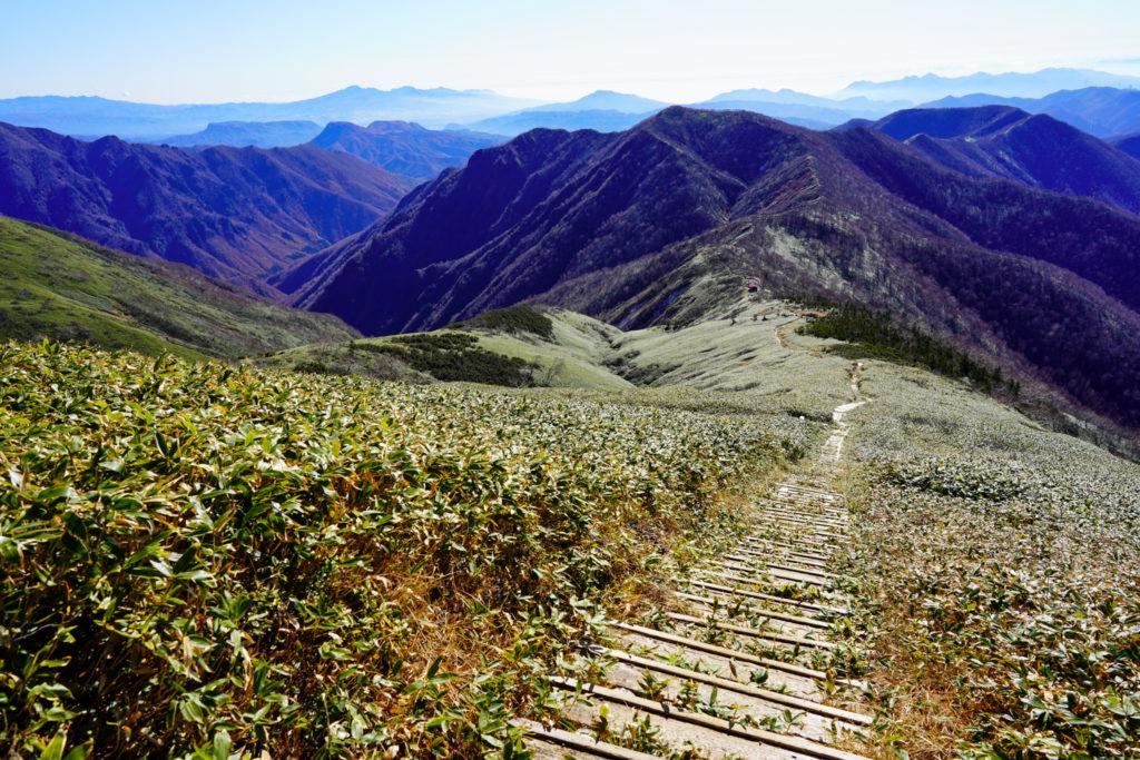 平標山・仙ノ倉山・三国山へと続く稜線