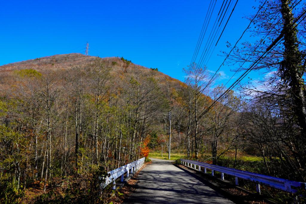 平標山・仙ノ倉山・登山口から見た松手山