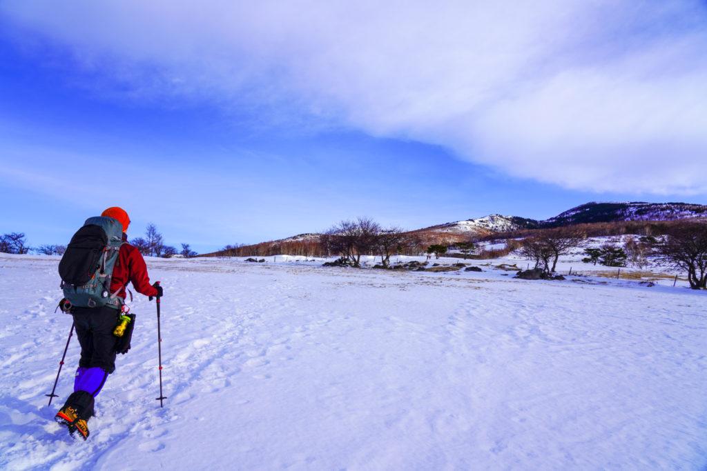 厳冬期・四阿山・いくつかの牧柵を越え、四阿山へ