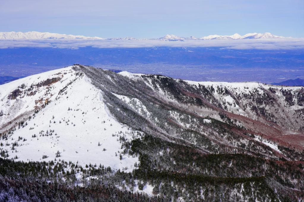 厳冬期・四阿山・山頂から見る根子岳、うしろには白馬岳、高妻山、火打山・妙高山