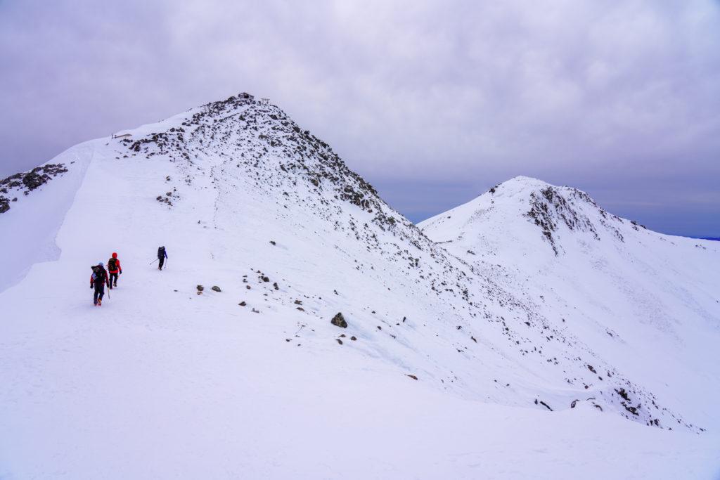 厳冬期・乗鞍岳・剣ヶ峰へと向かう登山者