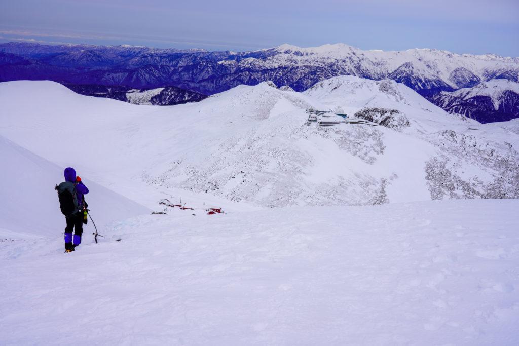 厳冬期・乗鞍岳・畳平方面、うしろには北アルプス