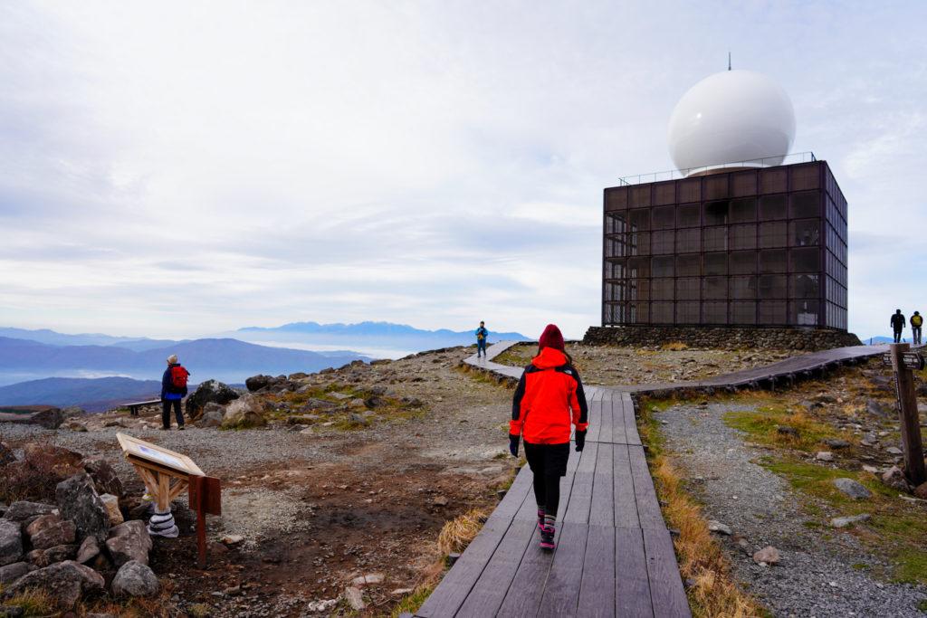 霧ヶ峰・車山気象レーダー観測所と木道
