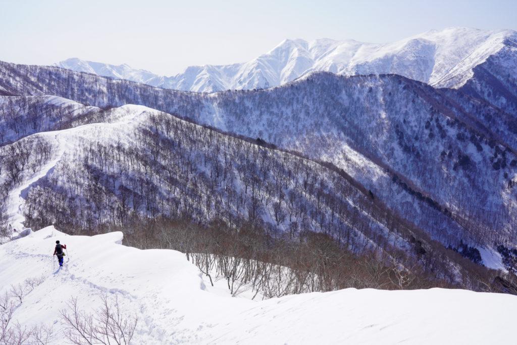 残雪期・東谷山・日白山・雪庇の道を歩く