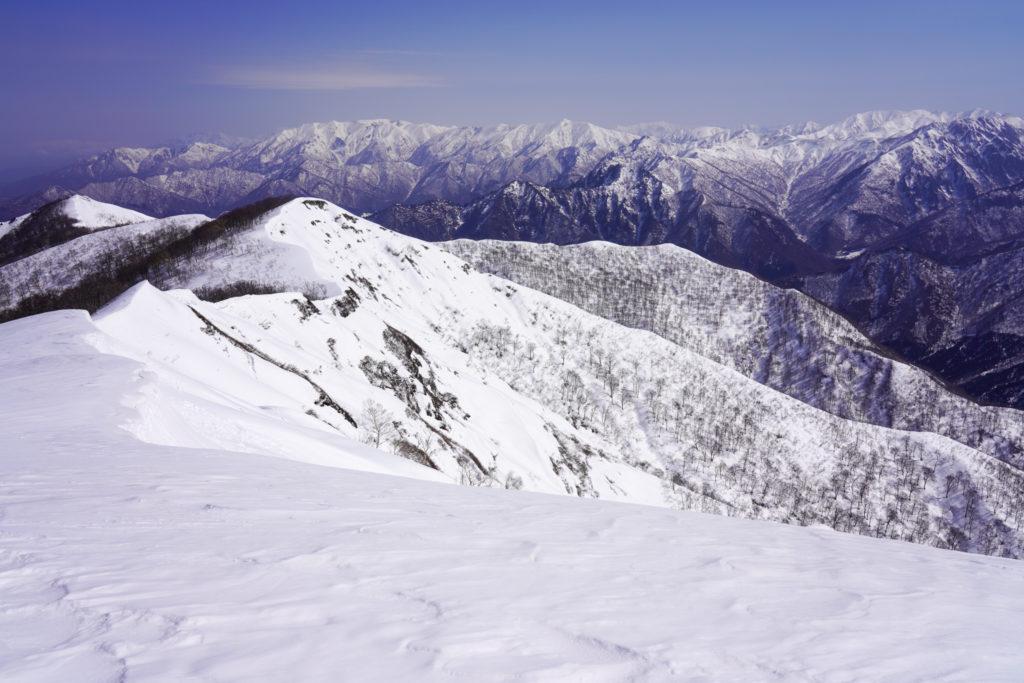 残雪期・東谷山・日白山・タカマタギへと続く稜線