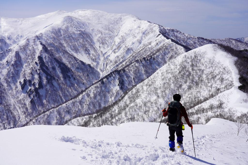 残雪期・東谷山・平標山へと続く稜線