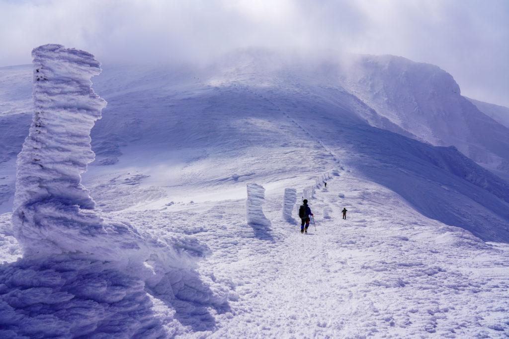 残雪期・蔵王山(熊野岳・刈田岳)・木の柱に沿って行く