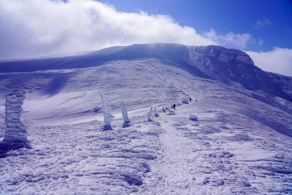 残雪期・蔵王山(熊野岳・刈田岳)・雲の中から熊野岳