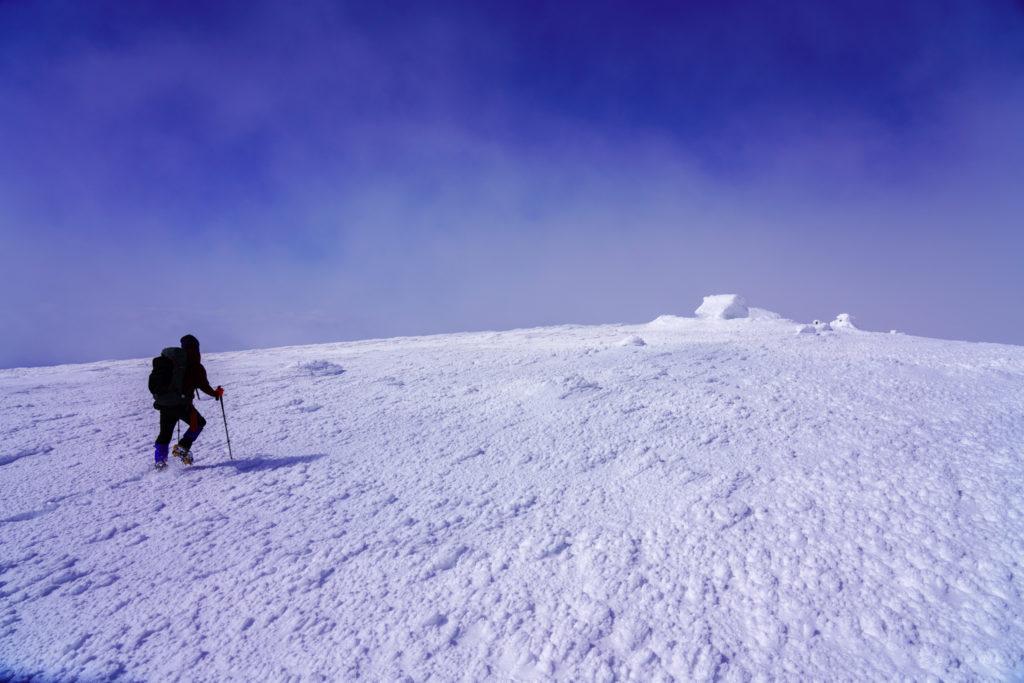 残雪期・蔵王山(熊野岳・刈田岳)・熊野岳山頂へ、社(やしろ)が見えた