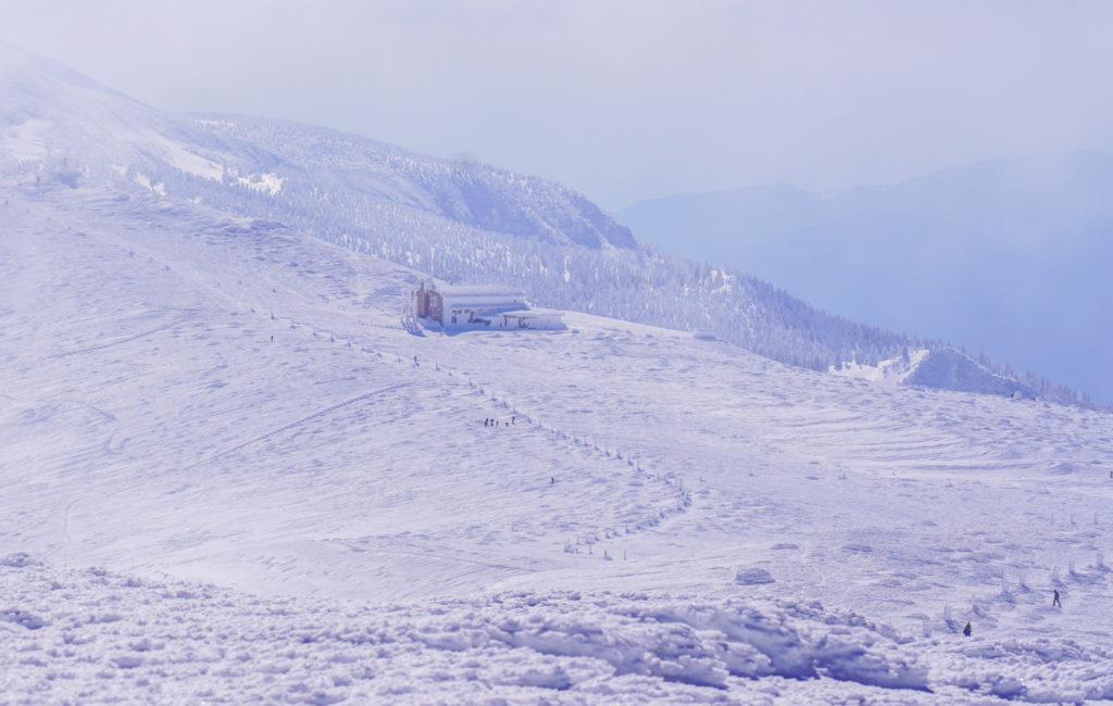 残雪期・蔵王山(熊野岳・刈田岳)・遠くに見えるレストハウス