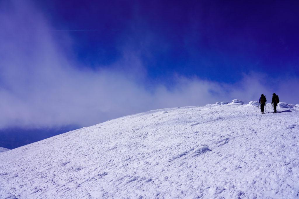残雪期・蔵王山(熊野岳・刈田岳)・熊野岳山頂に向かう登山者
