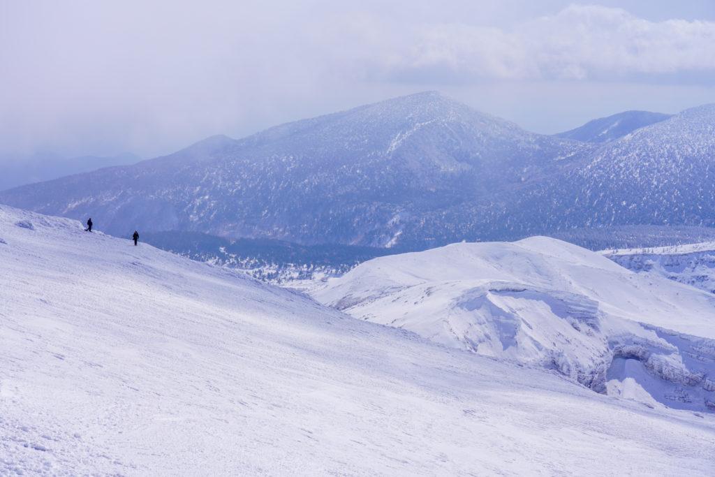 残雪期・蔵王山(熊野岳・刈田岳)・御釜に向かう登山者