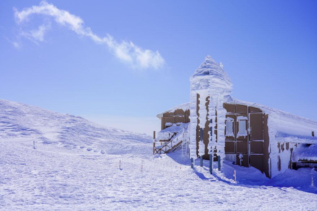 残雪期・蔵王山(熊野岳・刈田岳)・山頂レストハウス(避難小屋併設)