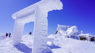 残雪期・蔵王山(熊野岳・刈田岳)・白い鳥居と青い空と