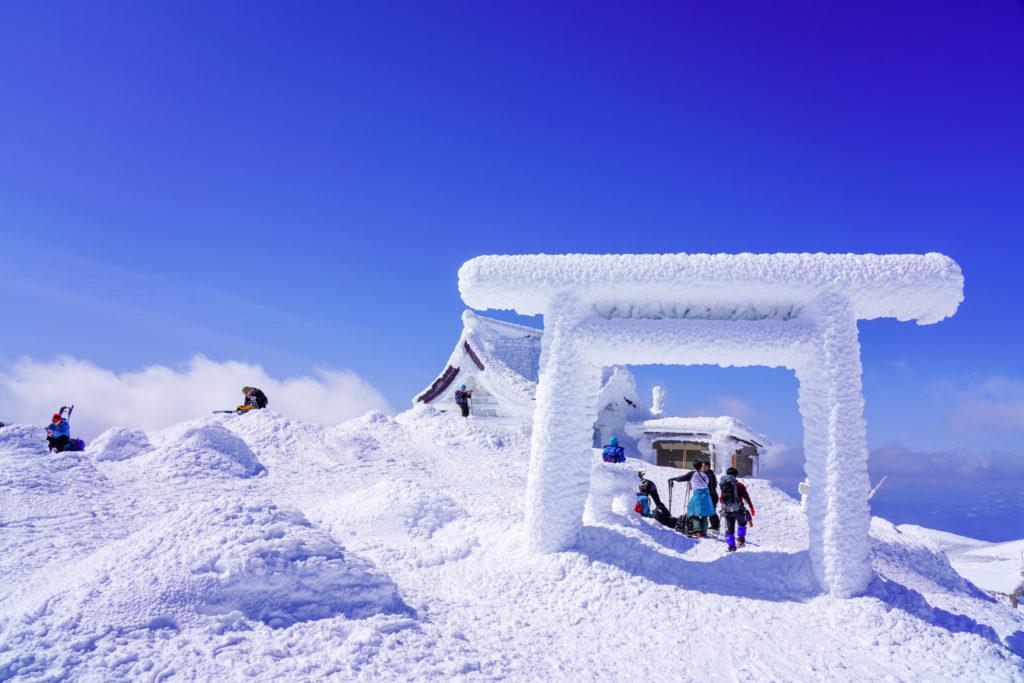 残雪期・蔵王山(熊野岳・刈田岳)・白い鳥居