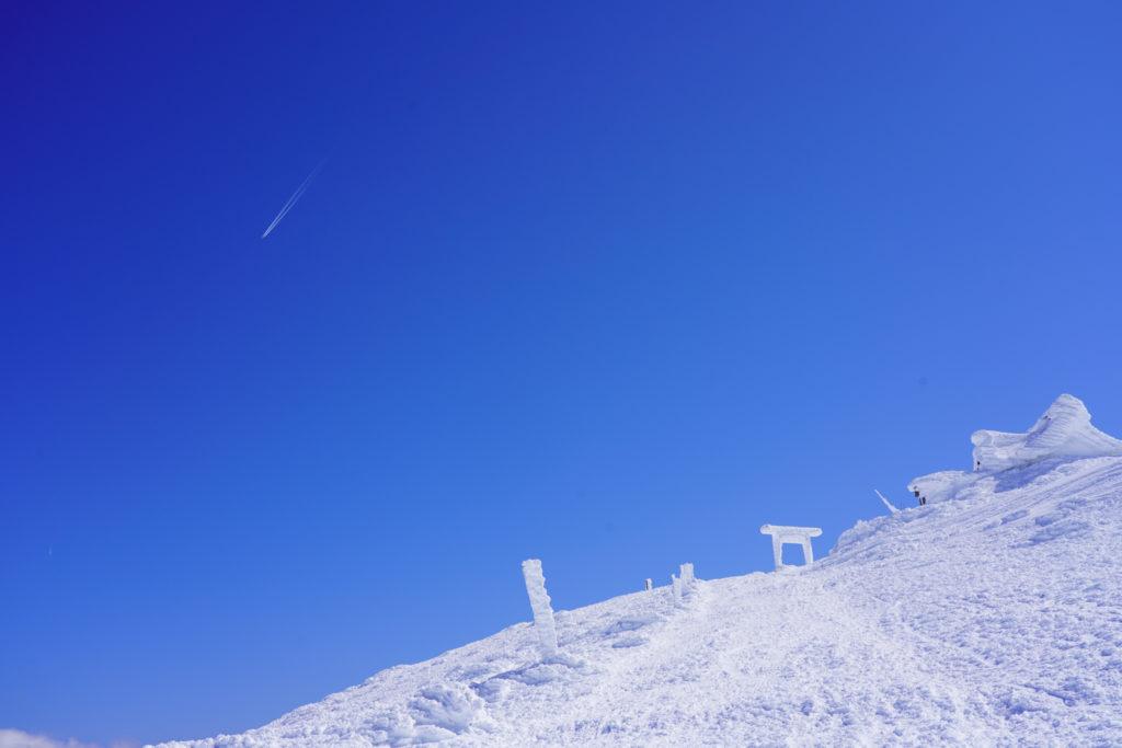 残雪期・蔵王山(熊野岳・刈田岳)・青い空と白い鳥居と