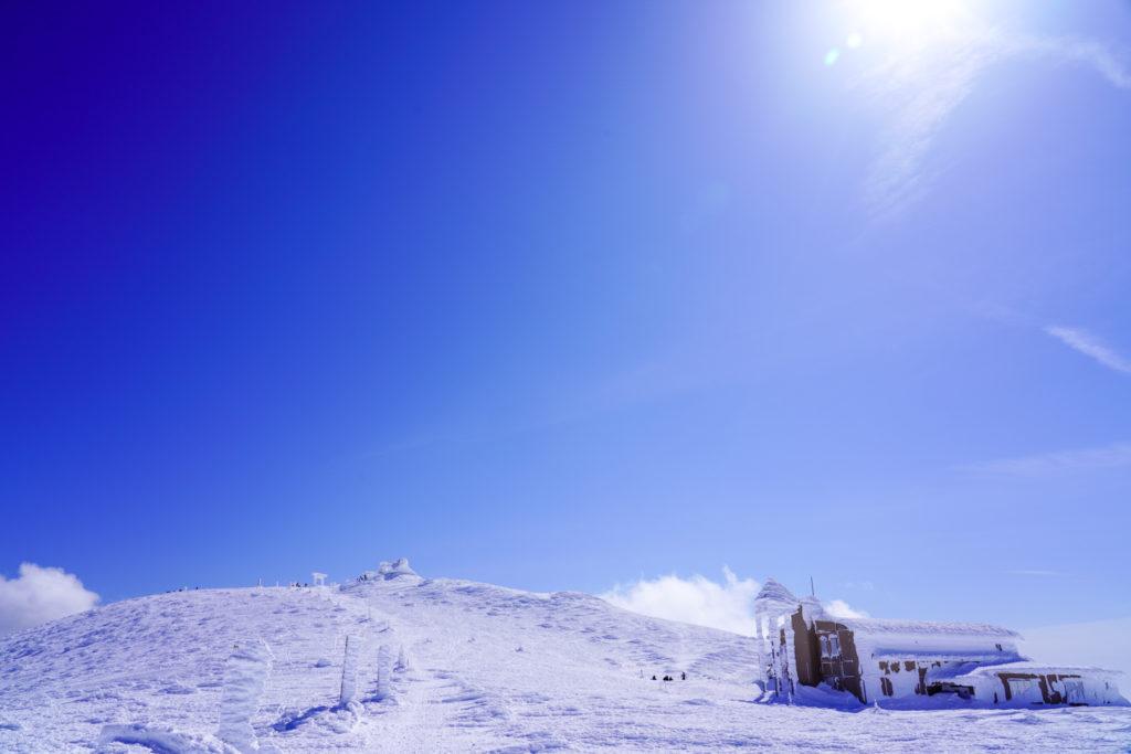 残雪期・蔵王山(熊野岳・刈田岳)・青い空、白い鳥居、レストハウス