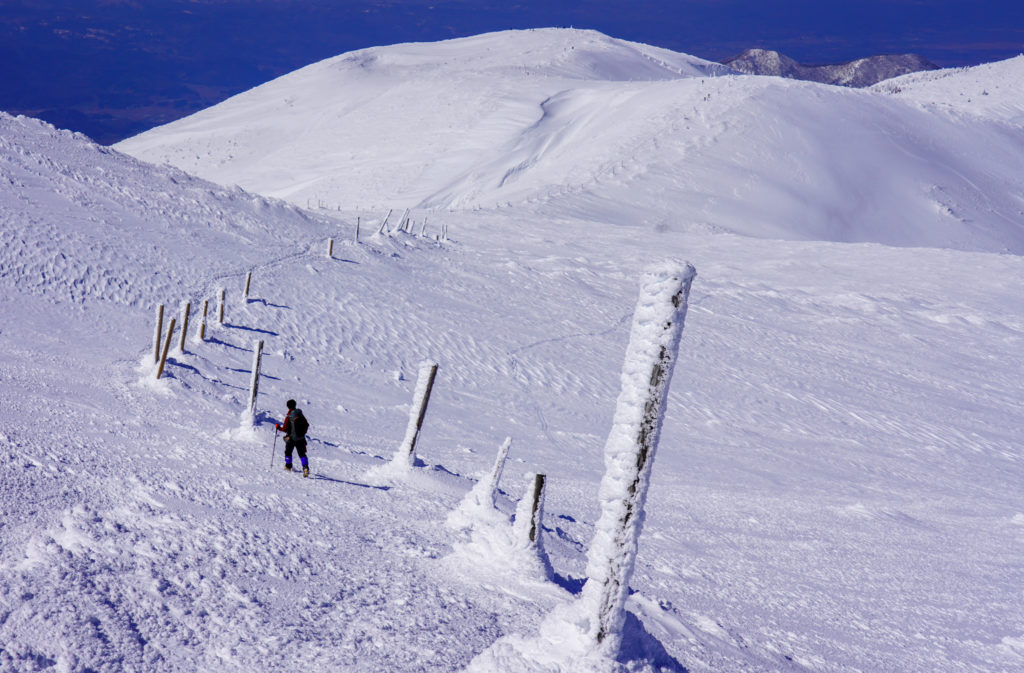 残雪期・蔵王山(熊野岳・刈田岳)・こんな道だったのね地蔵山へと至る道です