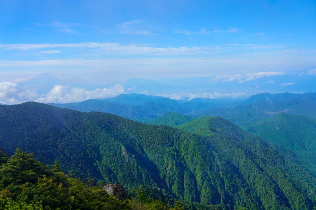 金峰山・砂払ノ頭から見る富士の山(左奥)