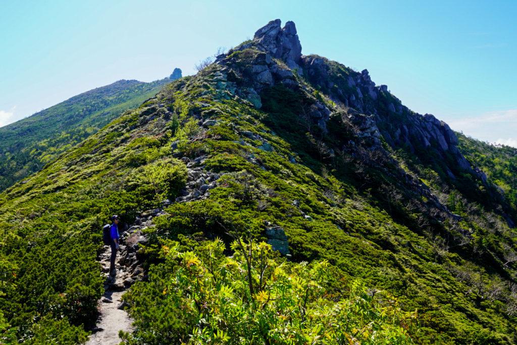 金峰山・シュッと見える五丈石(手間ではなく奥の岩です)