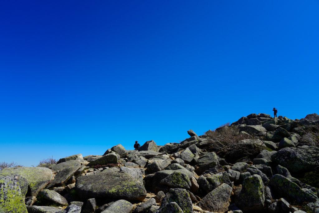 金峰山・もうひとつの山頂標識へ