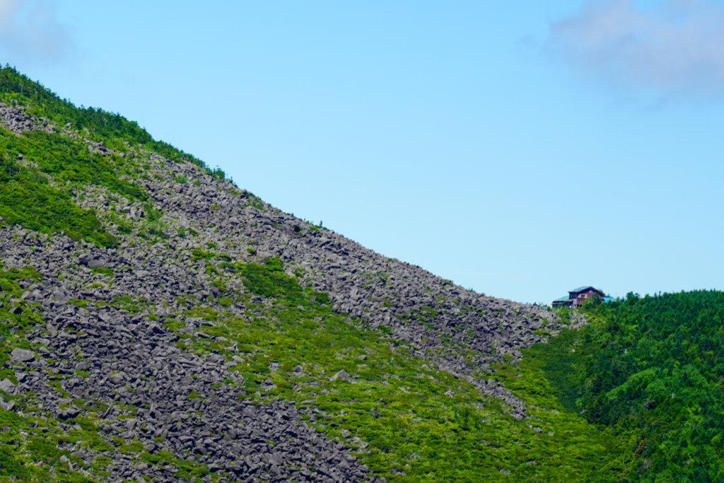 編笠山・権現岳・三ツ頭・編笠山、遠くに見える青年小屋