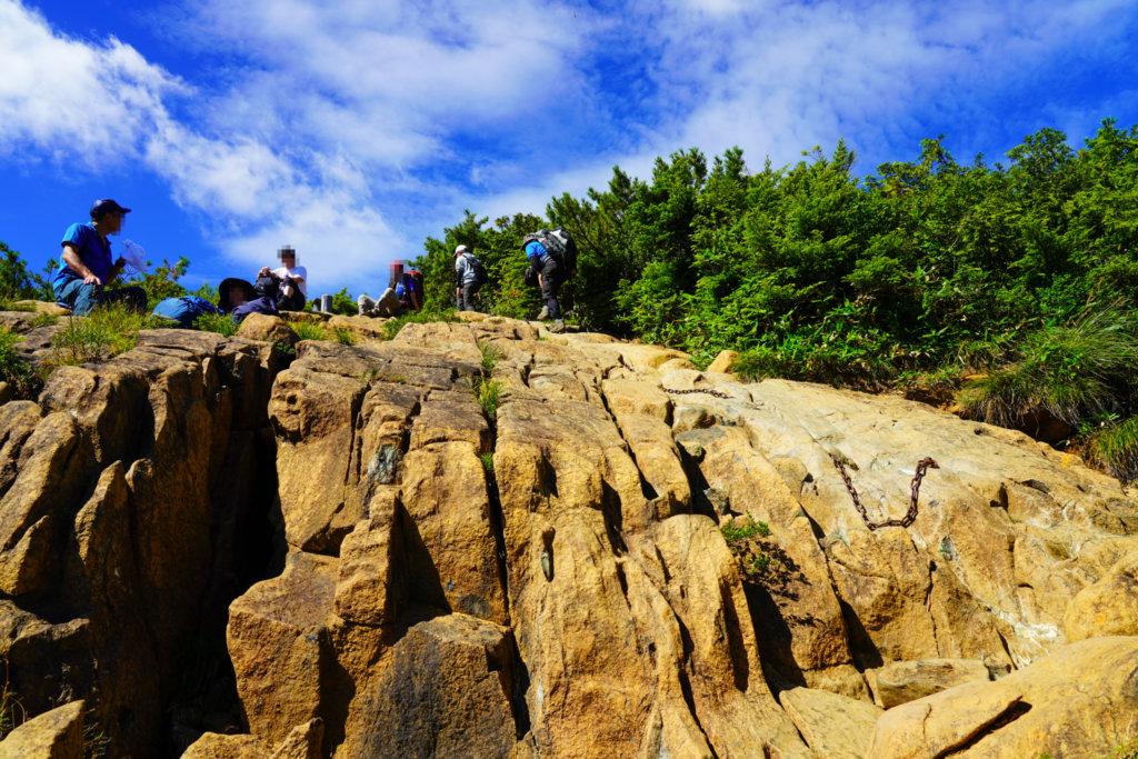 至仏山・尾瀬ヶ原・森林限界をこえた先のテラス状の岩場