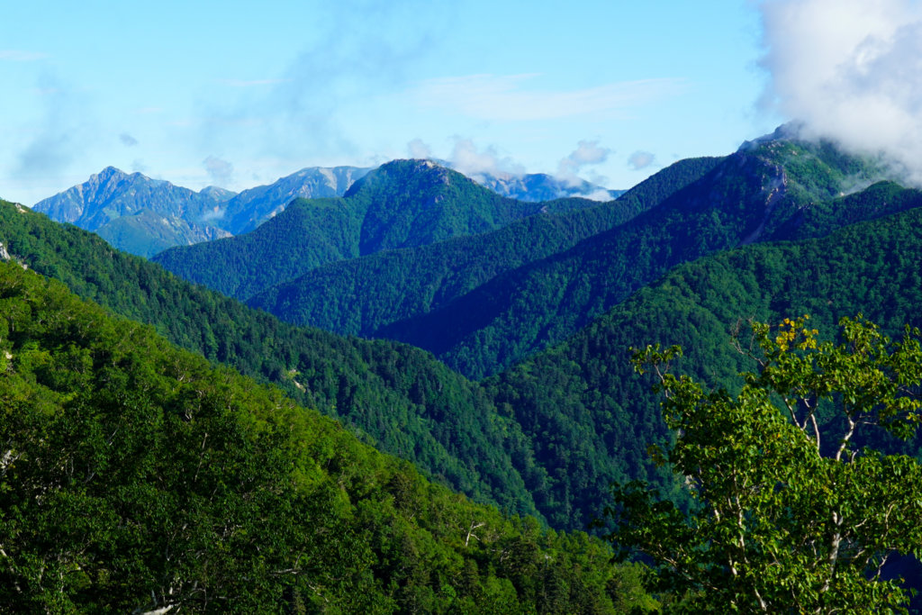 燕岳・合戦沢ノ頭から見た針ノ木岳、餓鬼岳は雲の中