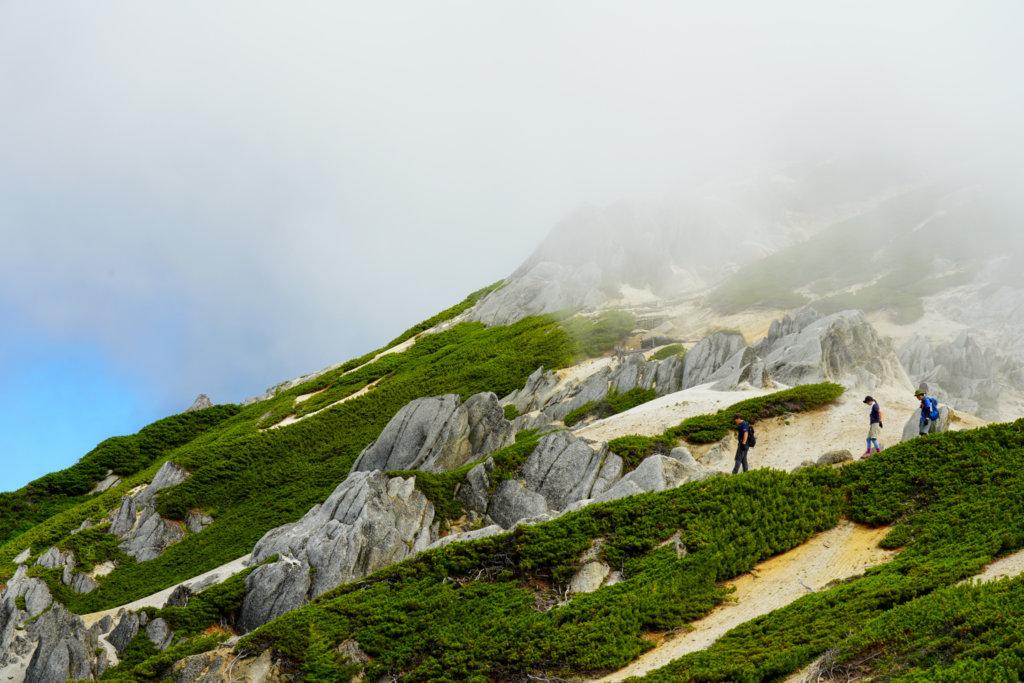 燕岳・霧の中をすすむ