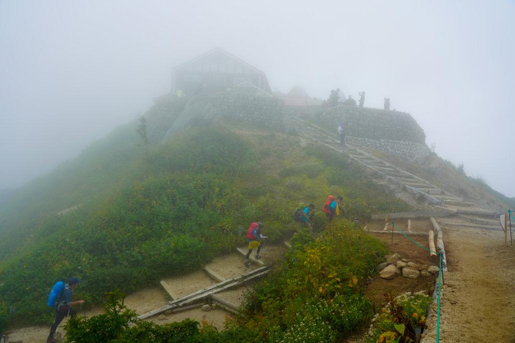 燕岳・燕山荘は雲の中